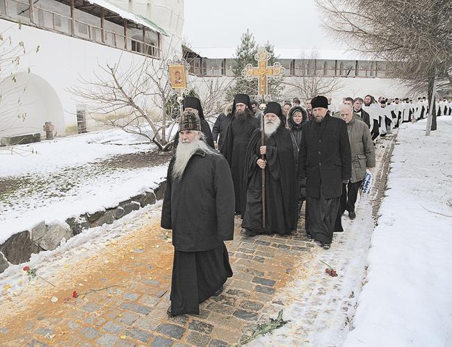 Крестный ход внутри Новоспасской обители. Москва, 6 декабря 2013 года