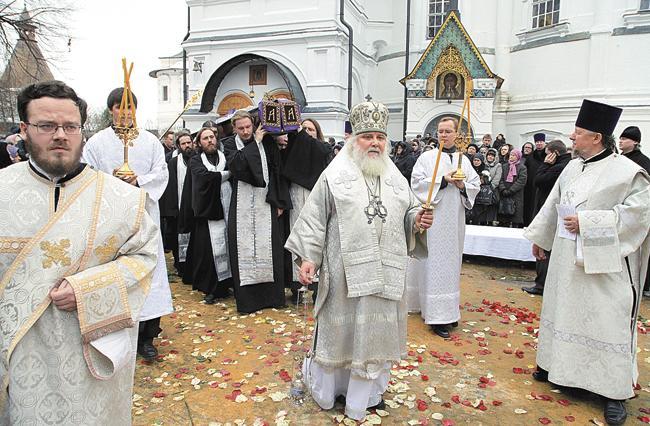 Архиепископ Арсений, первый викарий Святейшего Патриарха Московского ивсея Руси, возглавляет траурную процессию сгробом почившего. Москва, 6декабря 2013года