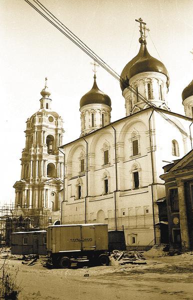 Вид наПреображенский собор иколокольню Новоспасского монастыря. Зима 1982года