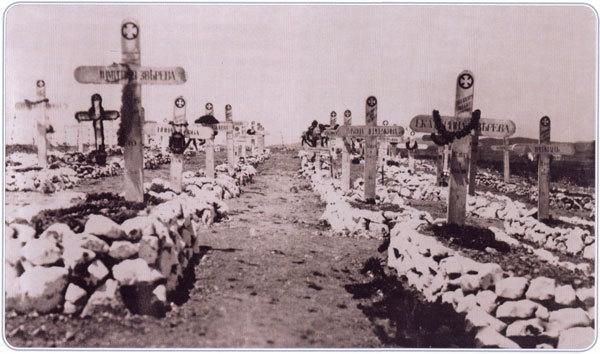 Русское кладбище в Калоераки. Лето 1920 г. Уже около 100 могил. На первом плане могилы брата и сестры Зверевых - Дмитрия (1 год) и Екатерины (12 лет)