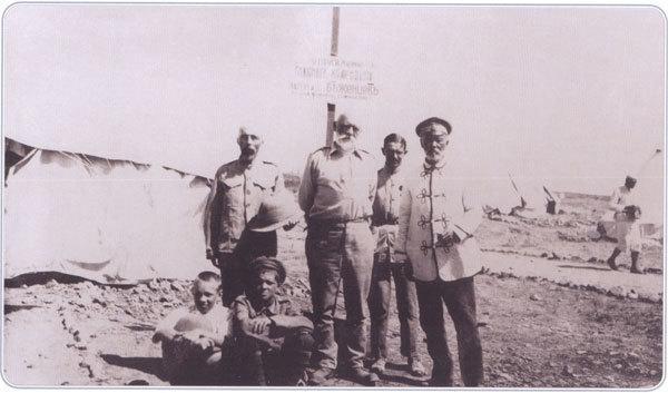 Главный комендант русских беженских лагерей на Лемносе генерал-лейтенант П. П. Калитин (первый справа)